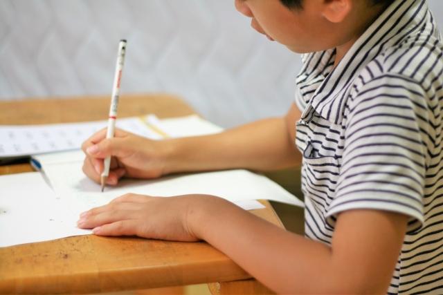 勉強する子2